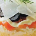 Салат с креветками, маслинами и семгой