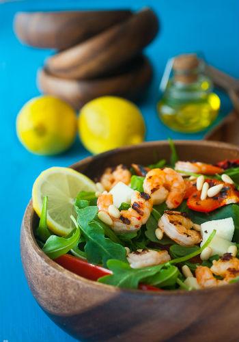 Рецепт салата с креветками и козьим сыром