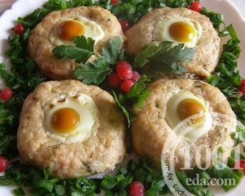Свино-говяжьи котлеты с перепелиными яйцами