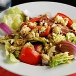 Овощной салат с сухариками и колбасой