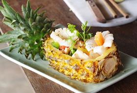 Салат с теплыми кальмарами и ананасами