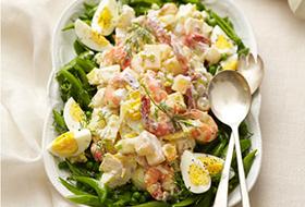 Салат с креветками, яйцами и сухариками