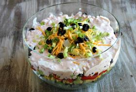 Салат с креветками, шампиньонами, сыром и курицей