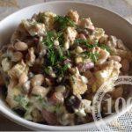 Салат Обжорка с фасолью, курицей, грибами и сухариками