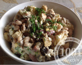 Салат грибы с фасолью и сухариками