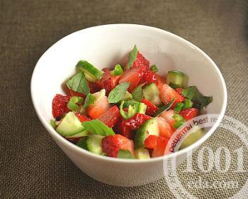 Салат с клубникой, огурцом и орешками
