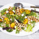 Салат с персиком и говядиной
