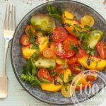 Салат из персиков с помидорами