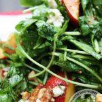 Салат с персиками и горгонзолой