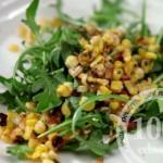 Салат с рукколой, беконом и кукурузой