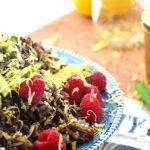 Салат из индейки и риса с малиной