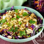 Салат с курицей, сливой и краснокочанной капустой