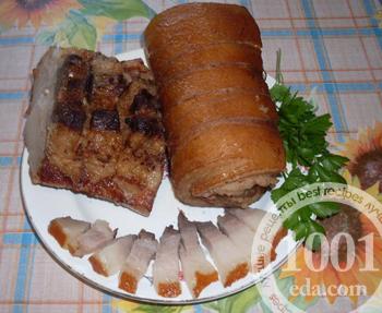 Свиные рулеты, отваренные в луковой шелухе