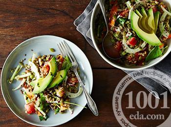 Чечевица с овощным салатом с авокадо
