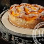Домашний пирог с творогом и персиками