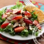 Салат с клубникой, курицей и камамбером