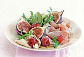 Салат из малины с прошутто и рукколой