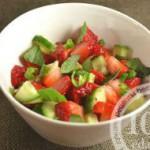 Салат с огурцом и клубникой