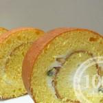 Бисквитный рулет с белковым кремом и орешками