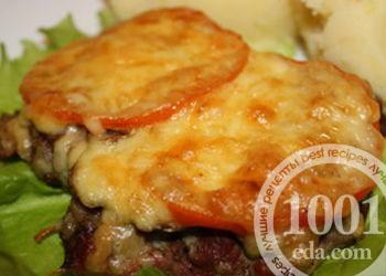 Свиные отбивные в духовке с сыром и помидорами и луком