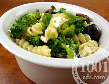 Макароны с брокколи, шпинатом и оливками