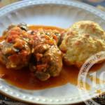 Куриные окорочка с овощно-грибным соусом и булочками: рецепт с пошаговым фото
