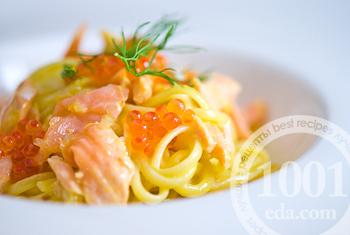 Макароны в сливочном соусе с красной икрой и лососем