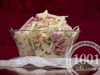 Салат из капусты с колбасой с зеленым горошком