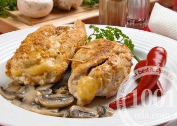 Куриный рулет с грибами, орехами и сыром в духовке