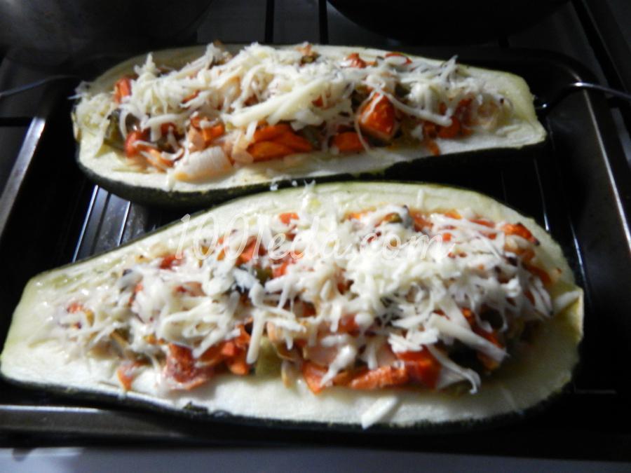Фаршированный овощами кабачок