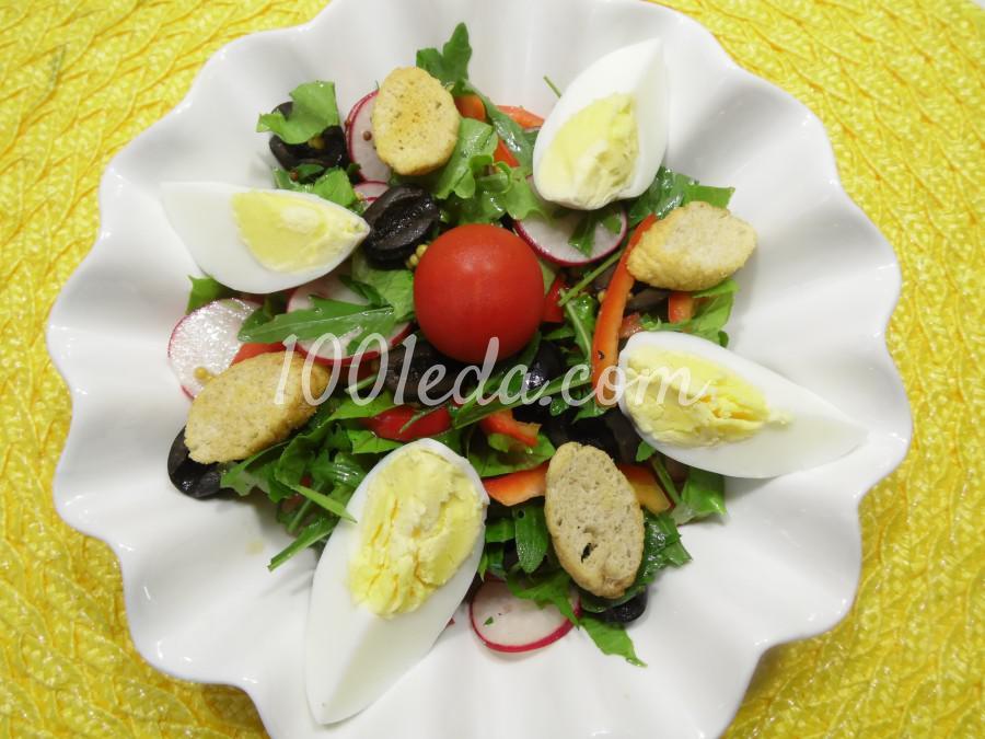 Овощной салат с яйцами и сухарями