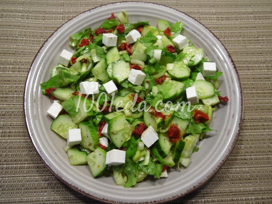 Салат с огурцами и вялеными томатами