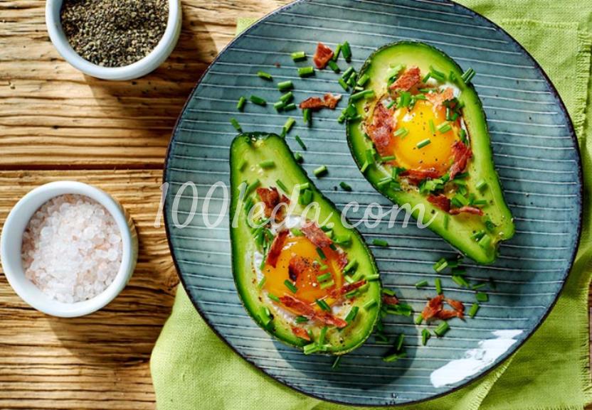 Яйца, запечённые в авокадо