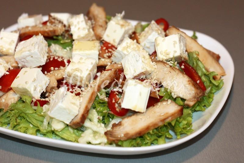 Овощной салат с куриной грудкой и фетой
