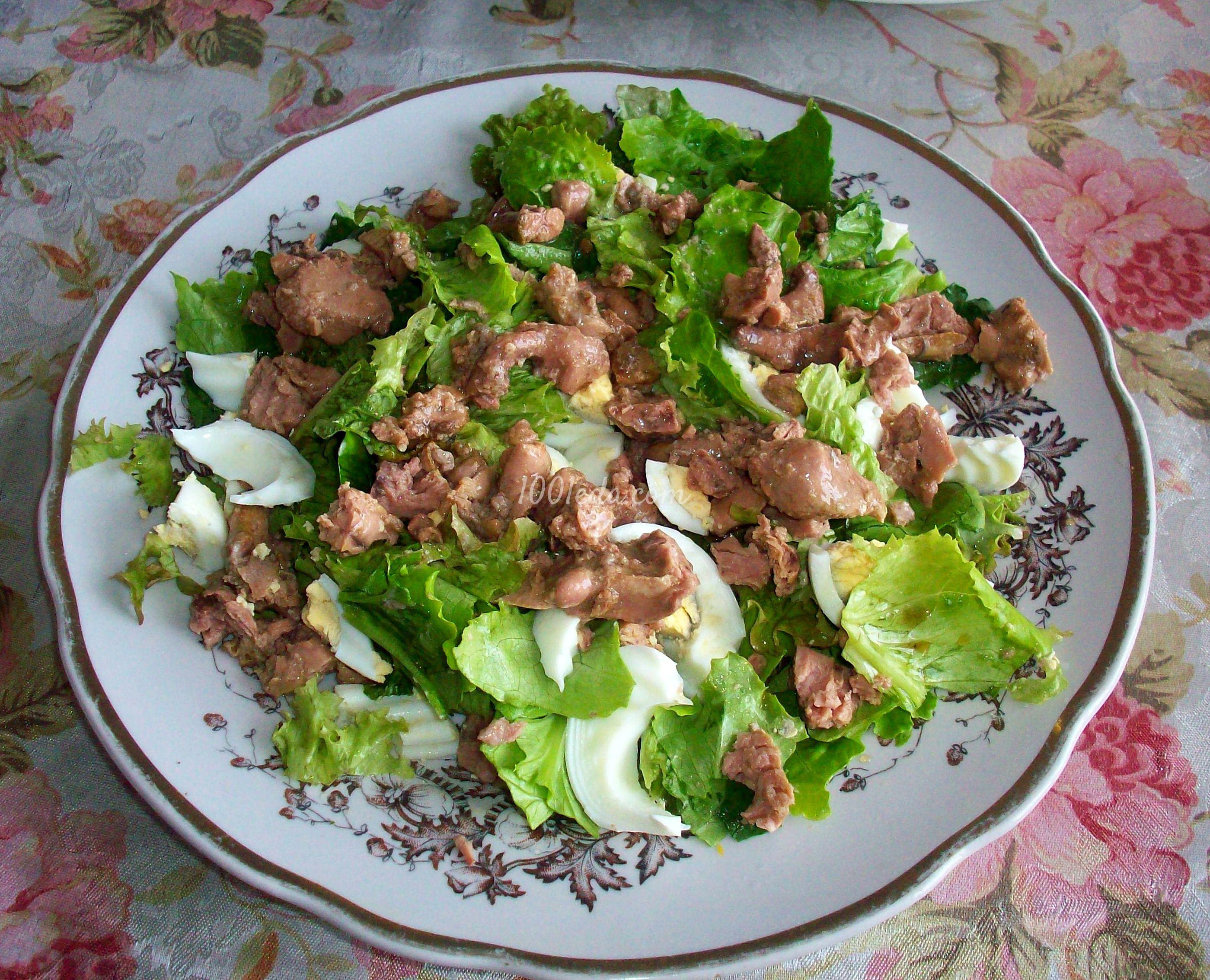 Салат из печени трески со шпинатом и зеленым салатом