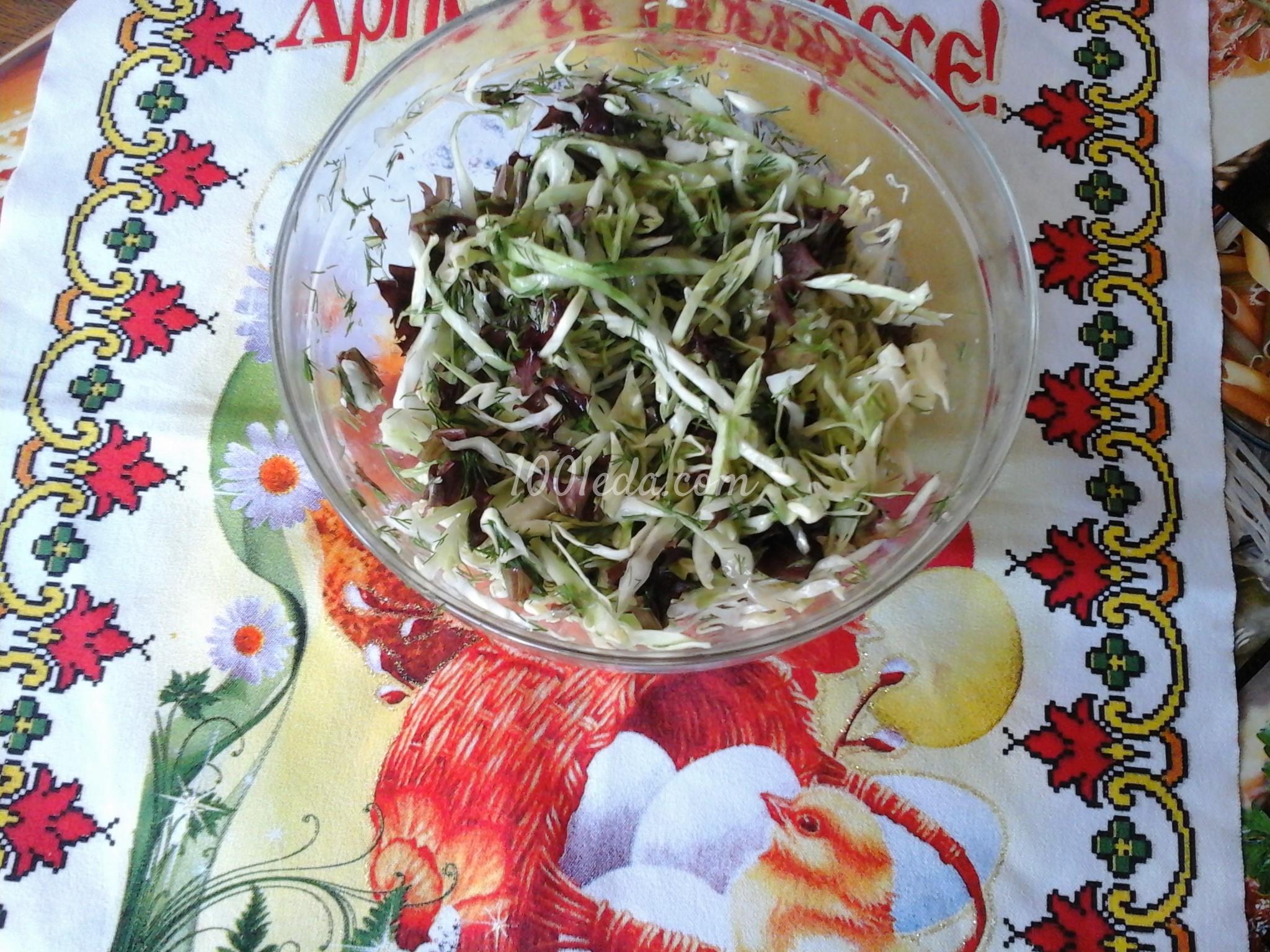 Легкий салат с капустой и листьями салата