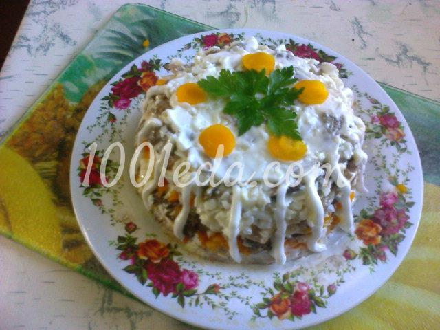 Слоеный салат с грибами и курицей