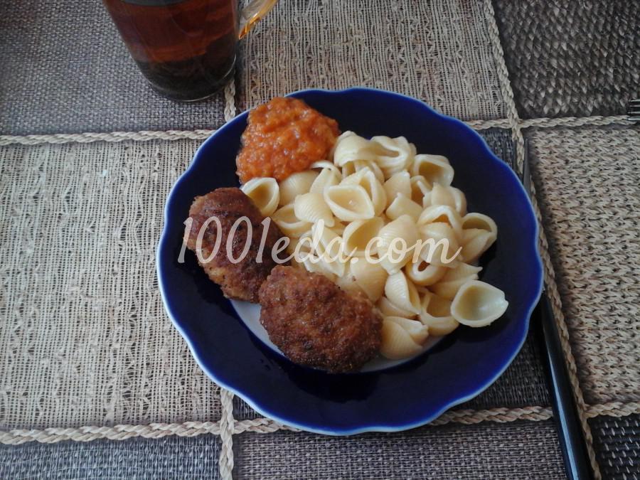 Домашние котлеты с твердым сыром макаронами и икрой