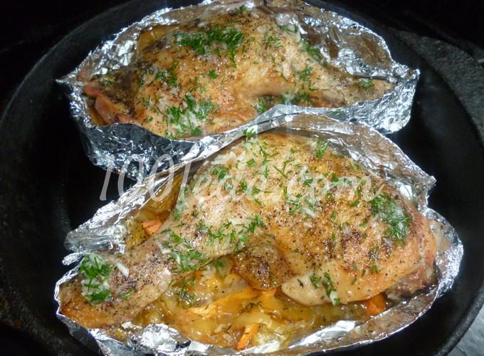Курица в духовке на овощной подушке рецепт