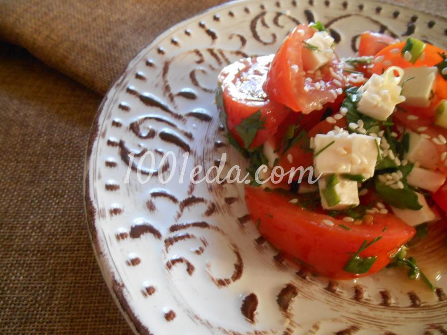 Салат из помидоров, брынзы и зелени с кунжутом