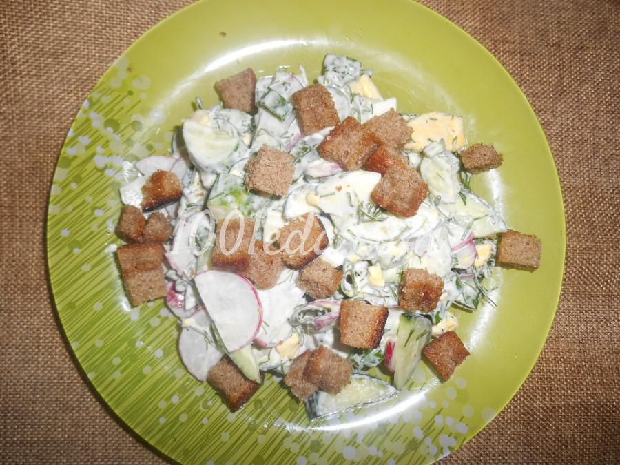 Весенне-летний салат из редиса, огурца и яиц с сухариками