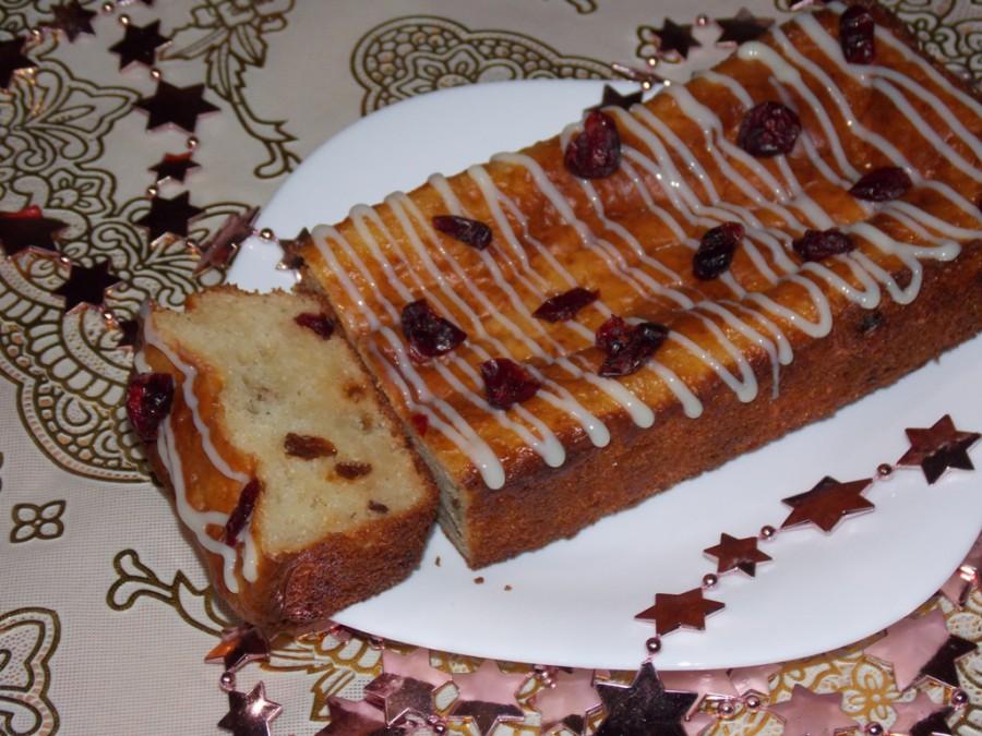Творожный пирог с клюквой и изюмом.