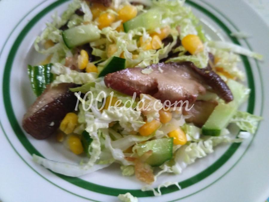 Салат из пекинской капусты со свежим огурцом и жареными белыми грибами и кукурузой