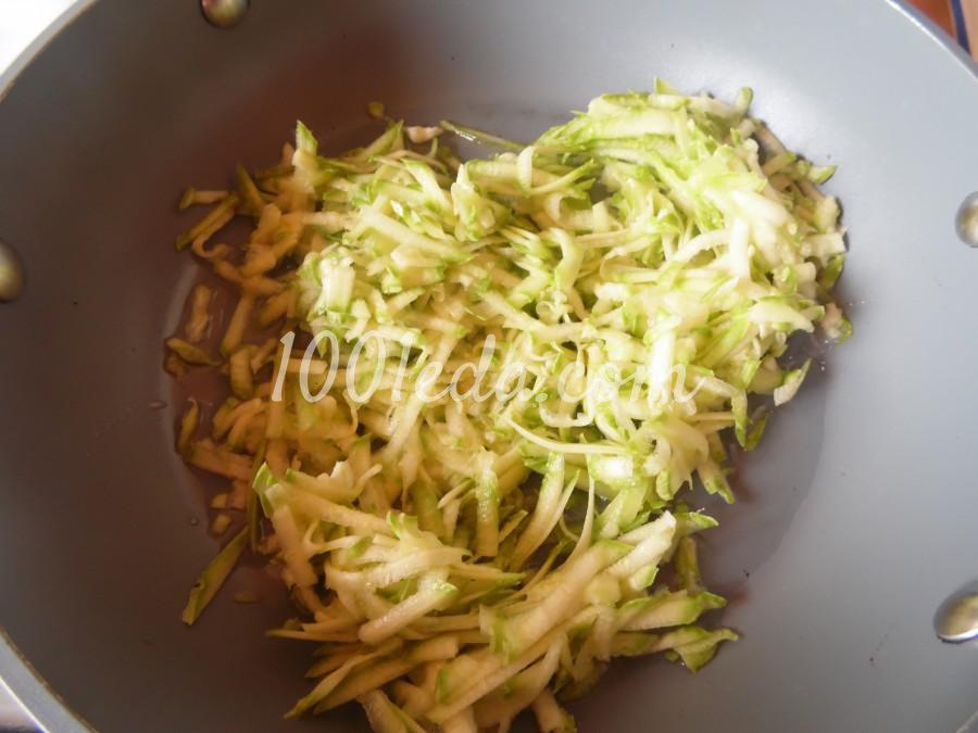 Конвертики из яичных блинчиков с начинкой из кабачка и крабовых палочек: рецепт с пошаговым фото - Шаг №3