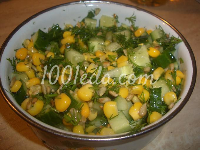 Овощной салат с кукурузой и семечками