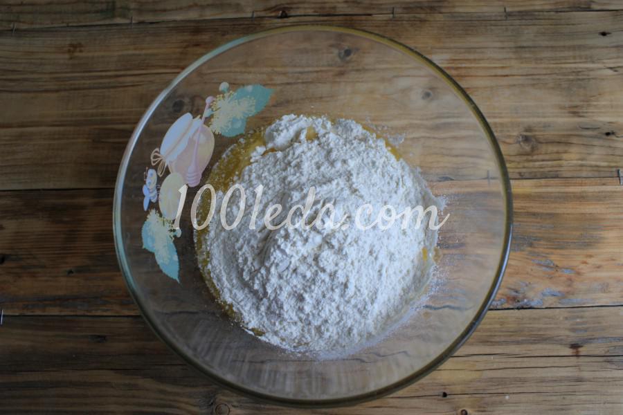 Песочный пирог с клубникой и сметанной заливкой: пошаговый с фото - Шаг №3