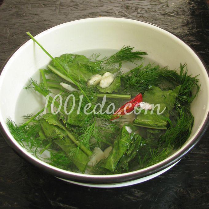 Помидоры, квашеные с чесноком, укропом и листьями хрена - Шаг №3