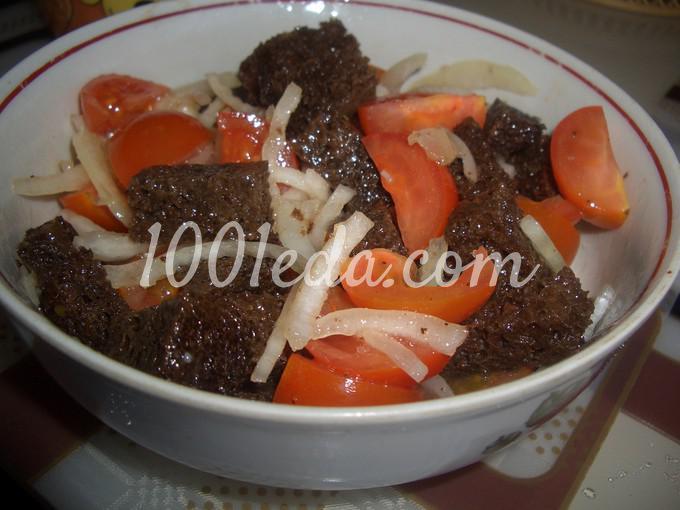 Салат из помидоров и ржаного хлеба по-деревенски