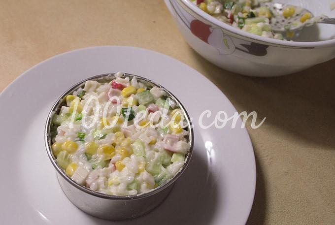 Салат с крабовыми палочками, консервированной кукурузой и свежим огурцом: пошагово с фото - Шаг №10
