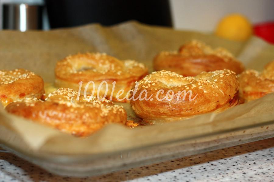 Слоеный крендель с сыром и соленой брынзой: рецепт с пошаговыми фото - Шаг №8